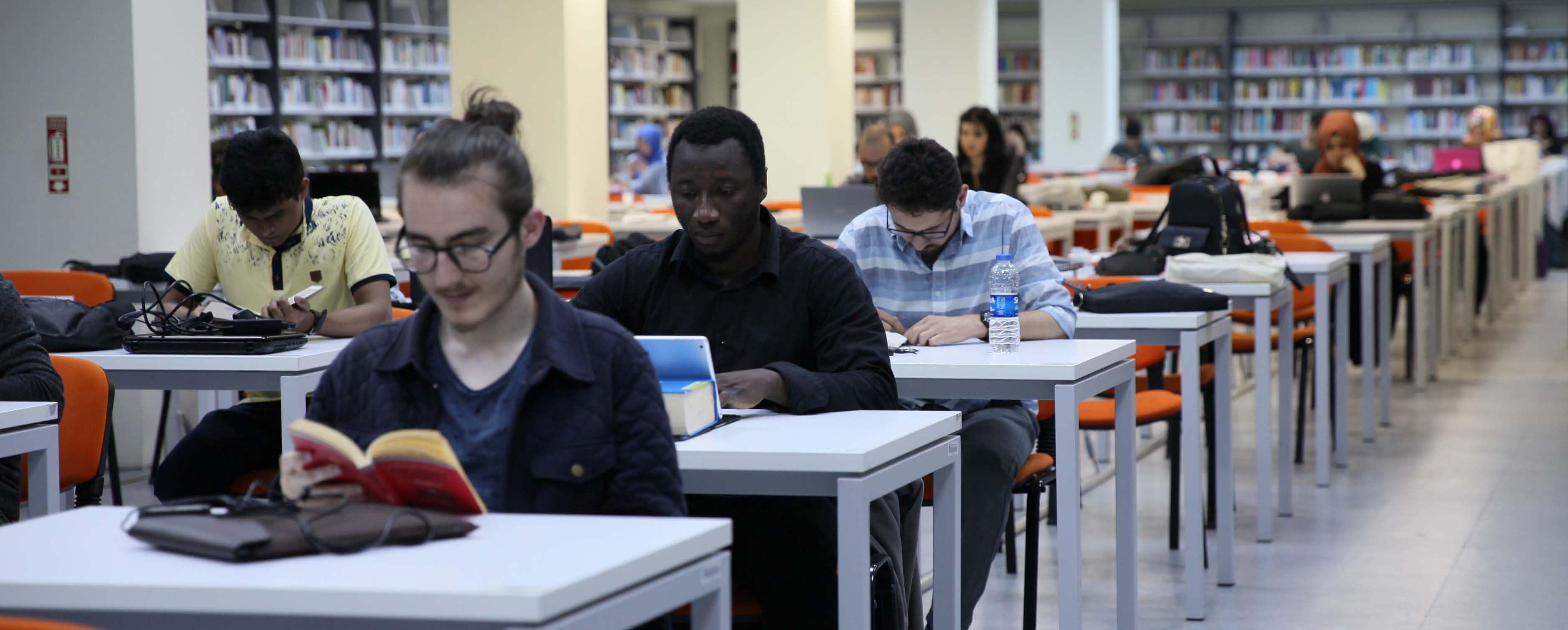 İstanbul 29 Mayıs Üniversitesi Kütüphanede ders çalışan öğrenciler