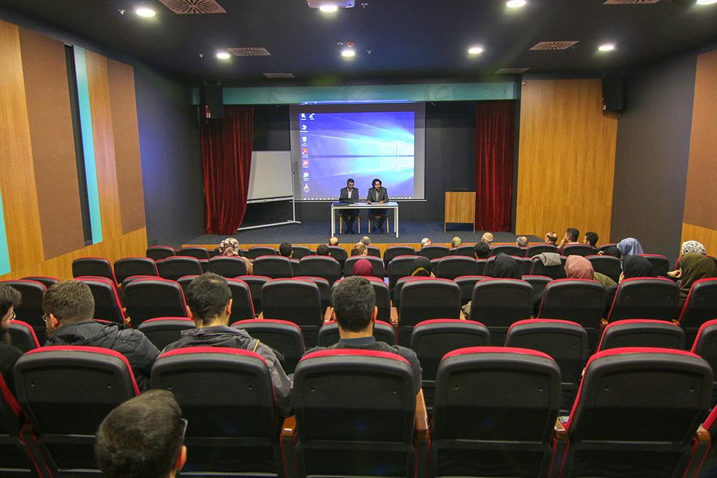 İstanbul 29 Mayıs Üniversitesi Elmalıkent yerleşkesi içerisinde bir konferans salonu görüntüsü